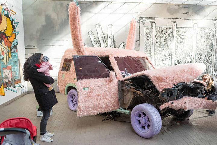 Der rosafarbene Plüsch-Geländewagen gefällt nicht nur den Kindern.