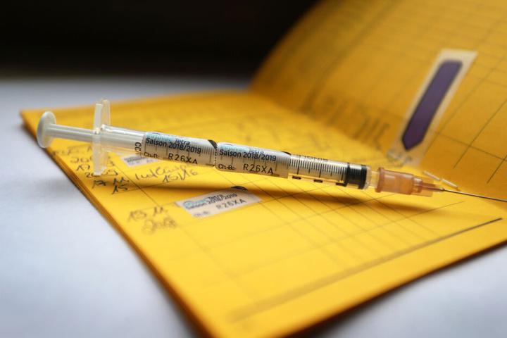 Eine Impfung kann einen vor der ansteckenden Krankheit bewahren. (Symbolbild)