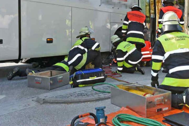 Die Feuerwehr befreite den 80-Jährigen, der unter dem Bus eingeklemmt war.
