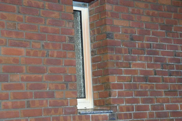 Das Fenster war bereits zerborsten, die Fugen verformt.