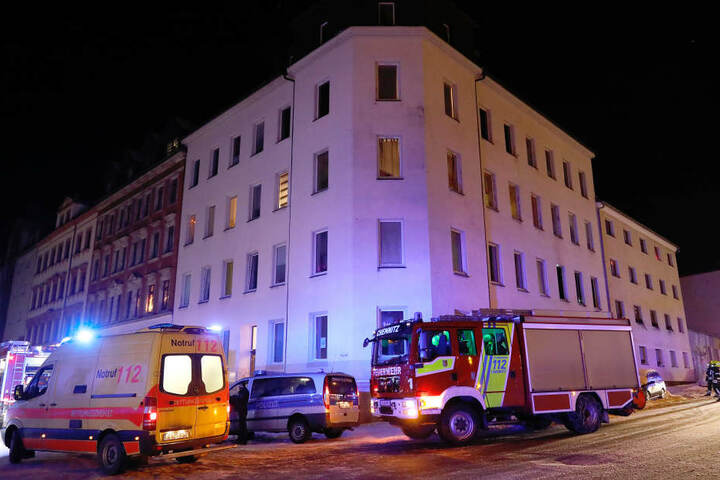 Das Feuer war in einer Wohnung in dem Eckhaus ausgebrochen.