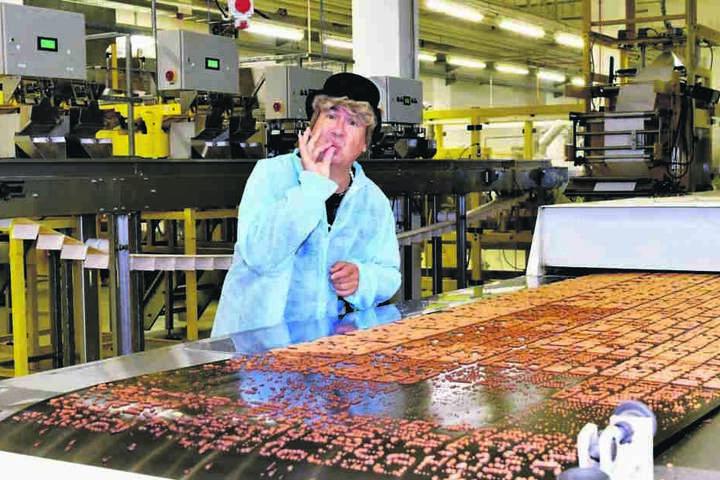 Ilse Bähnert überzeugt sich in der Produktionshalle von der Qualität des Diddschgebäggs.