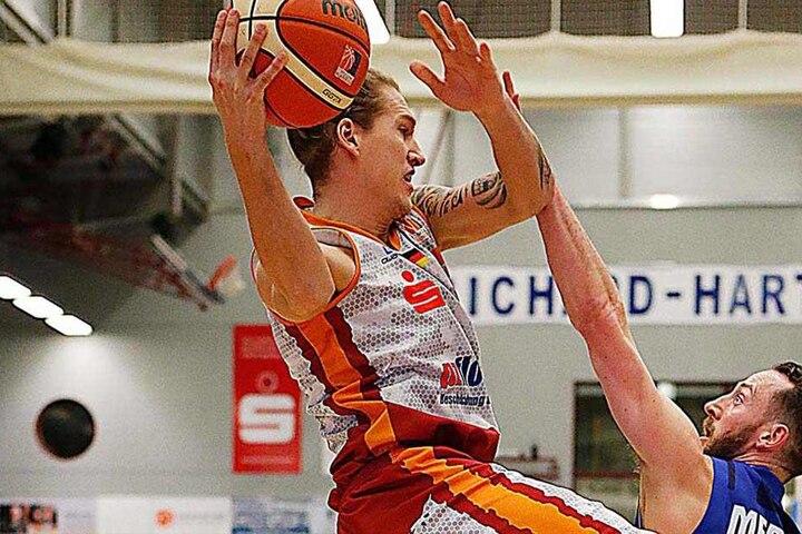 Malte Ziegenhagen (l.) springt mit dem Ball in die Luft.