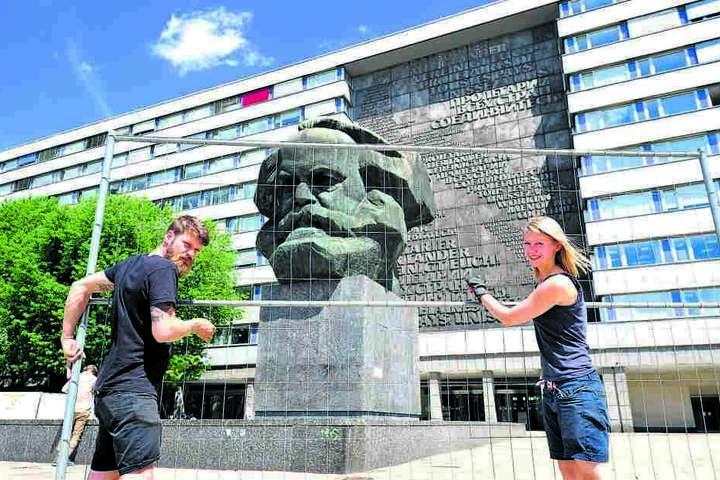 Florian Huber (32) und Anna Markowski (29) vollendeten gestern die  Bauzaun-Installation am Marx-Kopf.