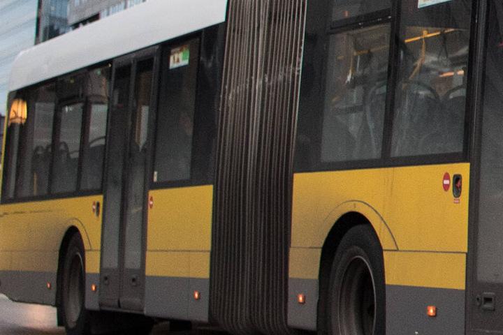Die Rettungskräfte fanden in dem Bus einen Mann im Tiefschlaf. (Symbolbild)