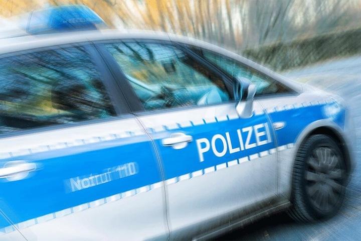Die Dresdner Polizei ermittelt wegen des Verwendens verfassungswidriger Kennzeichen (Symbolbild).