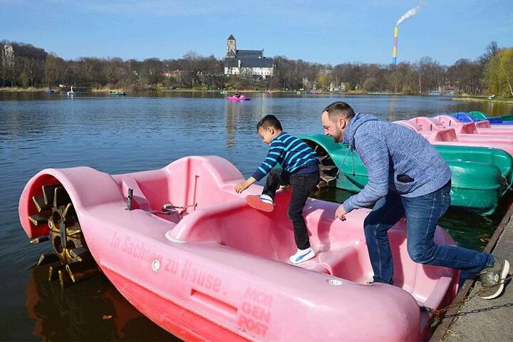 Hopp, hopp, hinein: Eric Brunzel (31) und Sohnemann John-Leon (5) können es kaum erwarten, eine Schlossteich-Bootsfahrt zu machen.