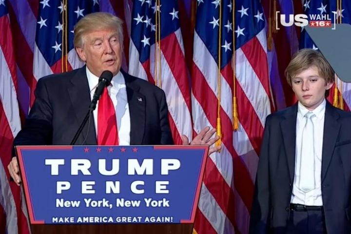 Trump bei seiner Siegesrede. Rechts neben ihn sein Sohn Barron (10), der fast einschläft, denn es ist in den USA 3 Uhr nachts.