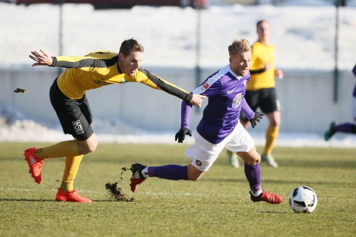 Ondrej Sevcík (Sokolov) versucht, Pascal Köpke den Ball abzujagen.