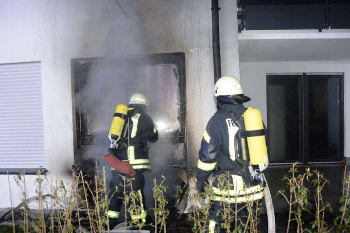 An der Fassade des Mehrfamilienhauses hat der Rauch Spuren hinterlassen.