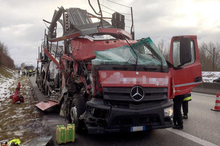 Wie durch ein Wunder wurde der Fahrer des Autotransporters nur leicht verletzt.