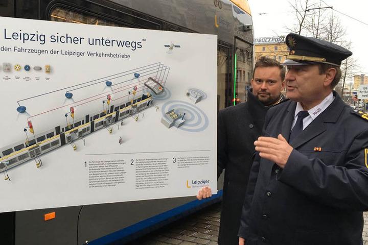 Polizeipräsident Bernd Merbitz erklärt das Sicherheitskonzept.
