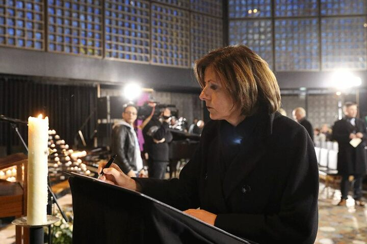 Malu Dreyer, Ministerpräsidentin von Rheinland-Pfalz, trägt sich in das Kondolenzbuch ein.