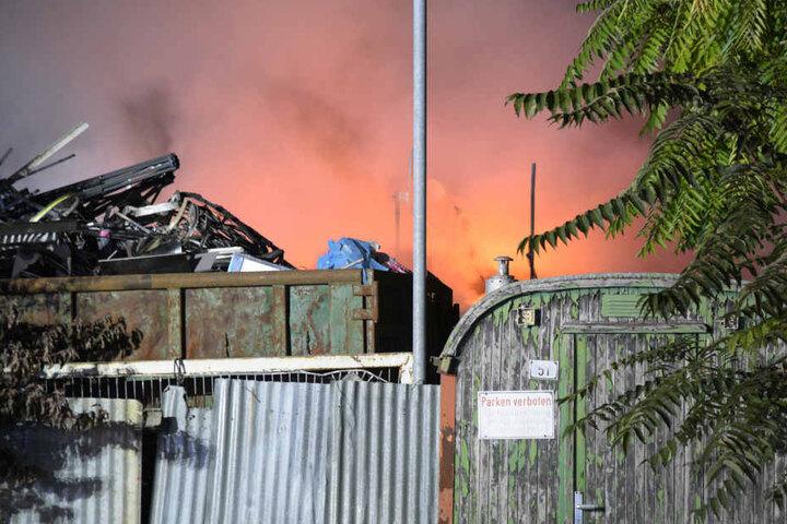 Diese Container gerieten in Brand und sorgten für Probleme auf der A5.