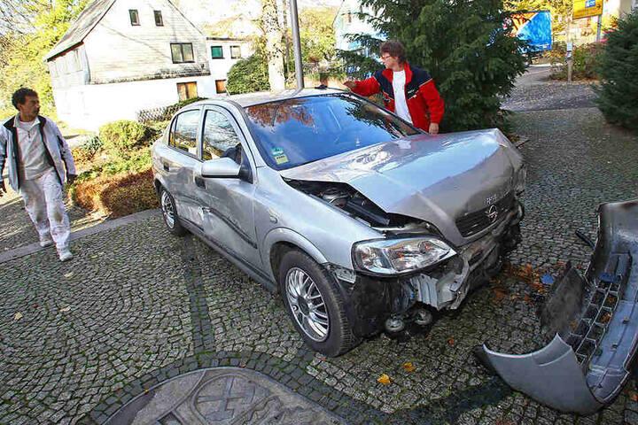 Der Opel wurde im Frontbereich vollkommen demoliert.