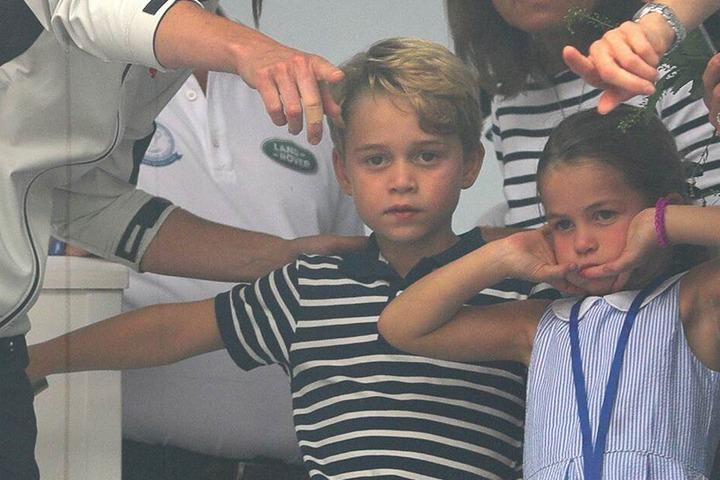 Charlotte (4) mit ihrem Bruder George (6) bei der Siegerehrung.