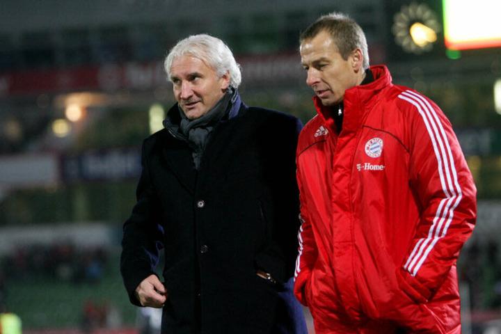 Weltmeister unter sich: Rudi Völler und Jürgen Klinsmann, damals noch als Bayern-Trainer, verlassen den Platz.