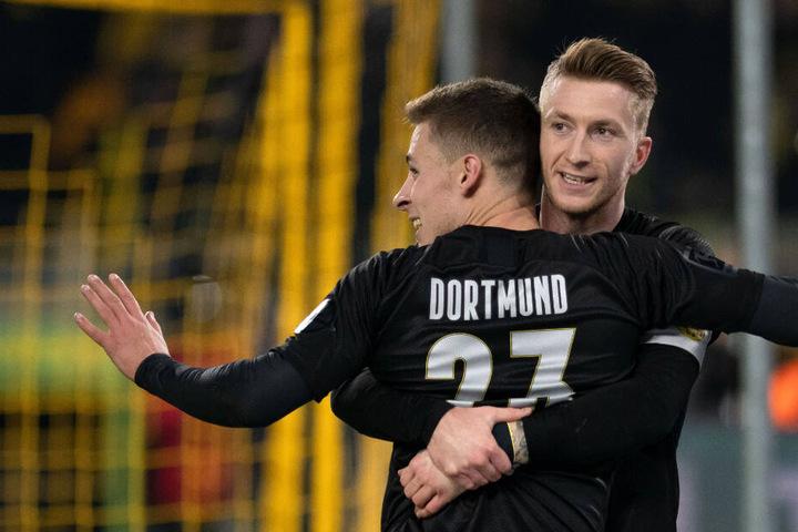 """Thorgan Hazard und Marco Reus freuen sich in der """"Sonderkluft"""" über eines der fünf Dortmunder Tore."""