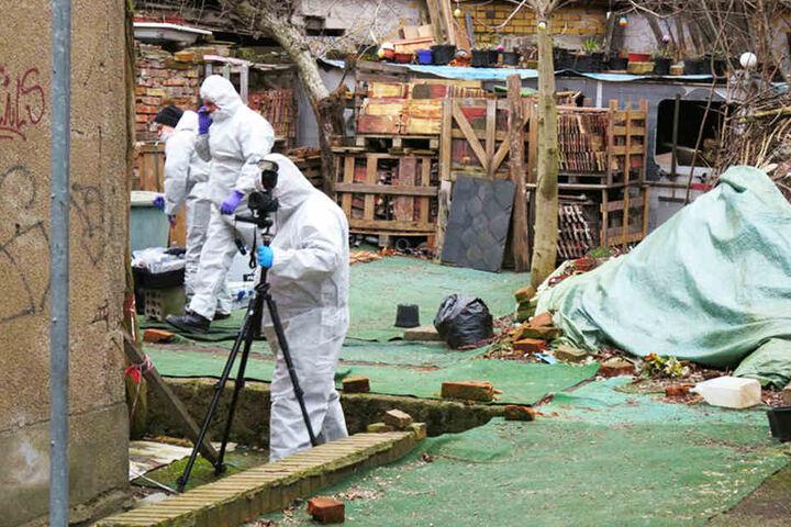 Kriminaltechniker untersuchen das Abbruchhaus, in dem die zerstückelte Leiche von Anja B. gefunden wurde.