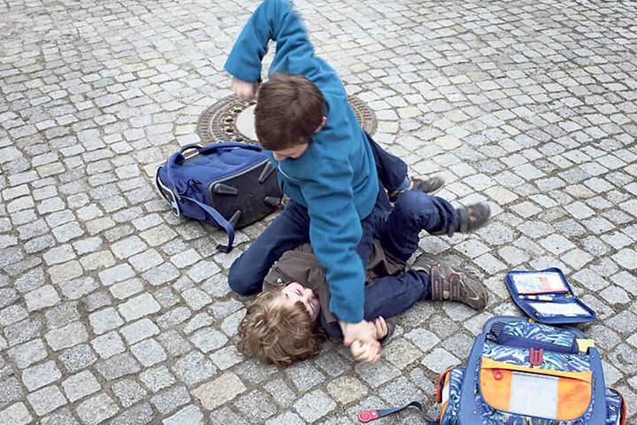 Prügelei auf dem Schulhof - Gewalttäter und Mobber sollten fortan schneller von der Schule fliegen, so der FW-Vorschlag.