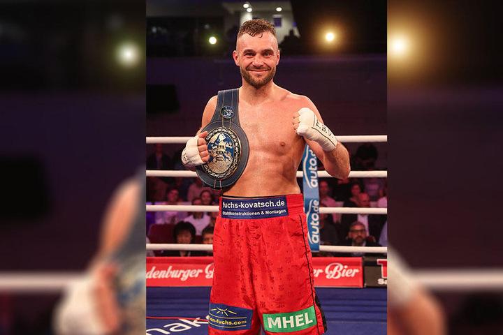 Probiert sein Glück an der Dartscheibe: Box-Champion Dominic Bösel (29).