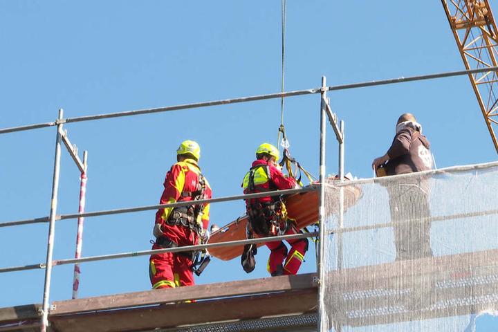Per Fernsteuerung des Krans wurde die Trage mit dem verletzten Arbeiter zu den Sanitätern gebracht.