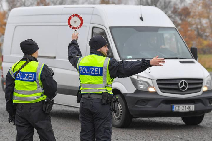 Echte Polizisten bei einer Polizeikontrolle.