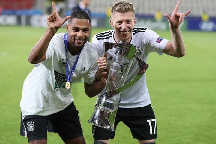 Mitchell Weiser (re.) feiert mit Serge Gnabry den Gewinn der U21-Europameisterschaft.