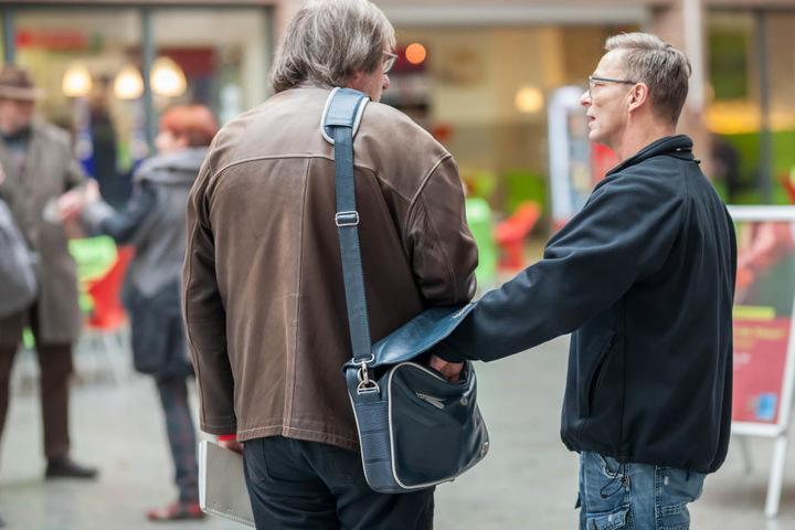 Da war Redakteur Bernd Rippert (56) überrascht. Polizeihauptmeister Jens  Damrau (54) griff unbemerkt in seine Tasche.