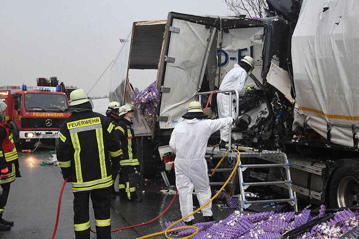 Die Einsatzkräfte haben dem Lkw-Fahrer nicht mehr das Leben retten können.