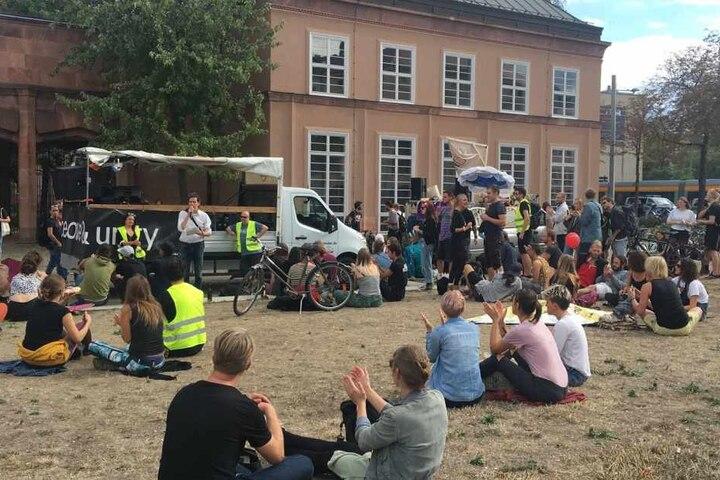 Startpunkt war der Johannisplatz, wo eine erste Ansprache gehalten wurde.