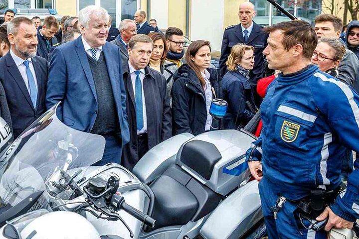 Guten Tag, ich bin Ihr Chef! Bundesinnenminister Horst Seehofer (69, CSU) vor dem neuen Fahndungszentrum im Gespräch mit einem Motorrad-Polizisten in Bautzen.