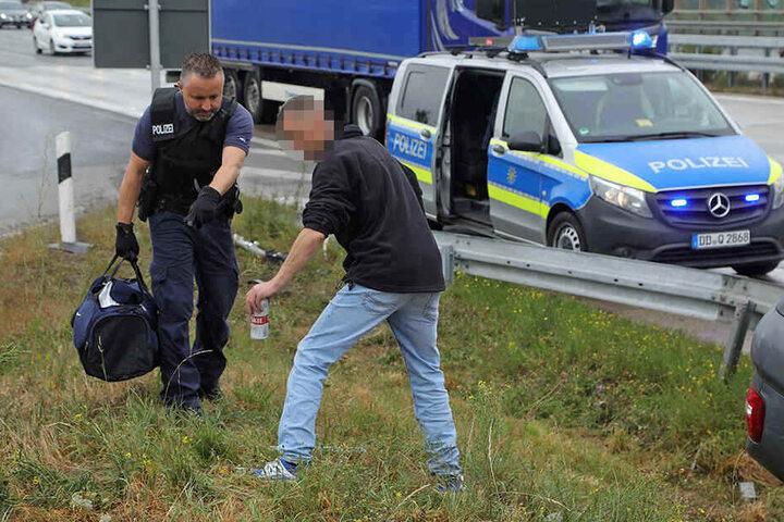 Sofort wies der Polizist den Trunkenbold (38) an, das Bier wieder abzustellen.