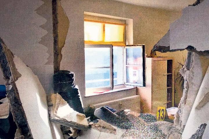 Die Wand zwischen Küchen- und Wohnzimmer hing nach der Detonation von der Decke.
