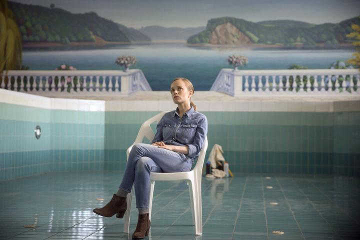 Friederike Kempter, Schauspielerin, als Kommissarin Nadeshda Krusenstern, sitzt in einer Filmszene des ARD/WDR Tatorts «Das Team» im Schwimmbecken eines leerstehenden Hotels.