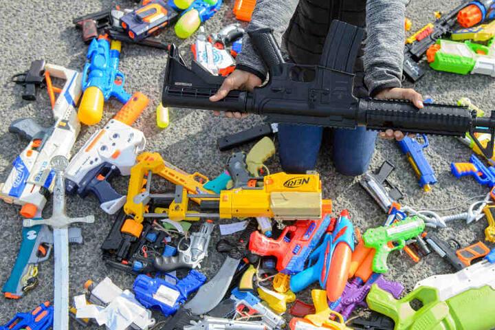 Frieden schaffen mit den Waffen. Aus dem Plastikspielzeug soll ein Symbol des Friedens werden.