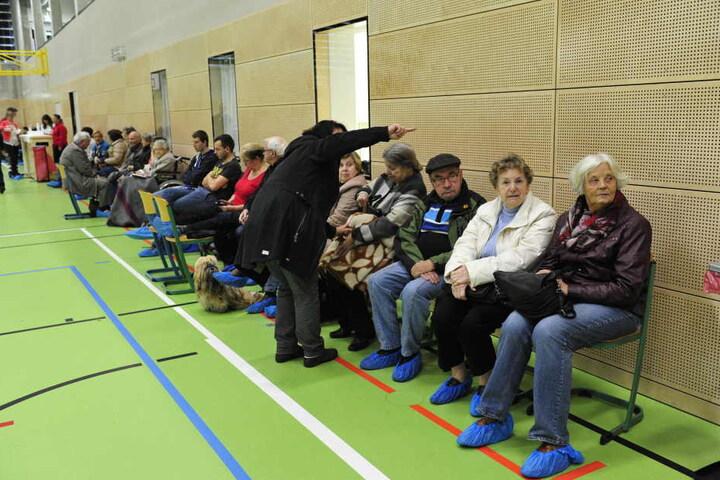 Die Evakuierten in der Turnhalle vom Andrégymnasium.
