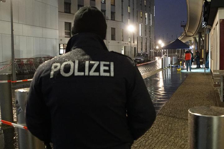 Die Polizei sperrte einen weitläufigen Bereich unter dem Bahnhof ab.