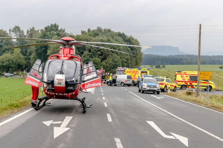 Der 55-jährige Fahrer und seine 53-jährige Begleiterin wurden schwer verletzt mit dem Heli ins Krankenhaus gebracht.