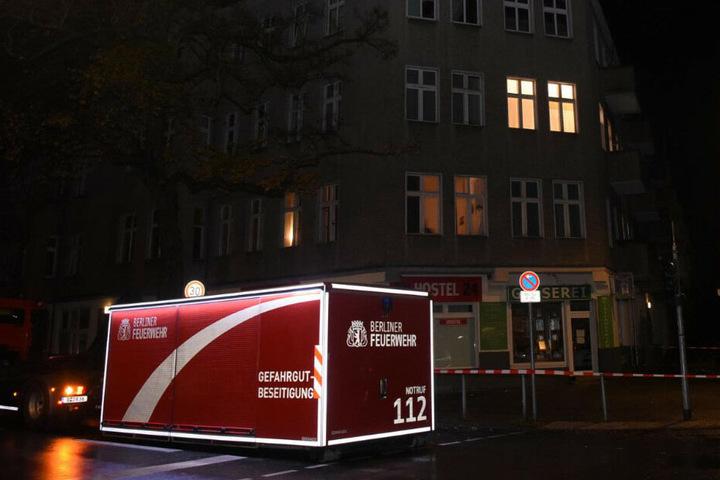 Die Berliner Feuerwehr steht vor dem Hostel in der Provinzstraße.