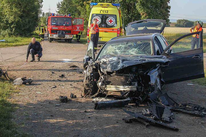 Der Audi wurde bei dem Crash im Frontbereich komplett zerstört.
