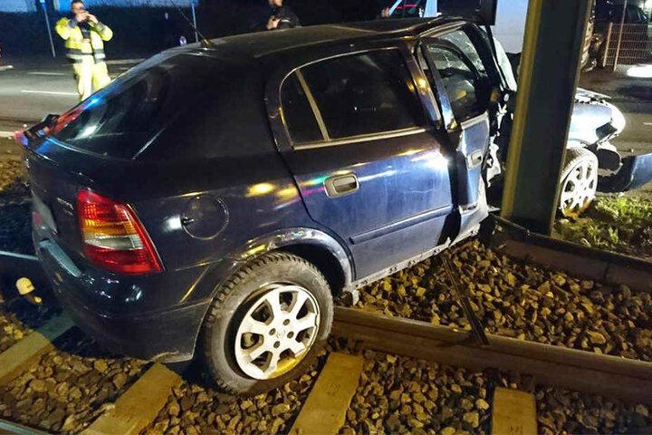 Der Opel Astra krachte mit der Beifahrerseite gegen den Pfeiler.