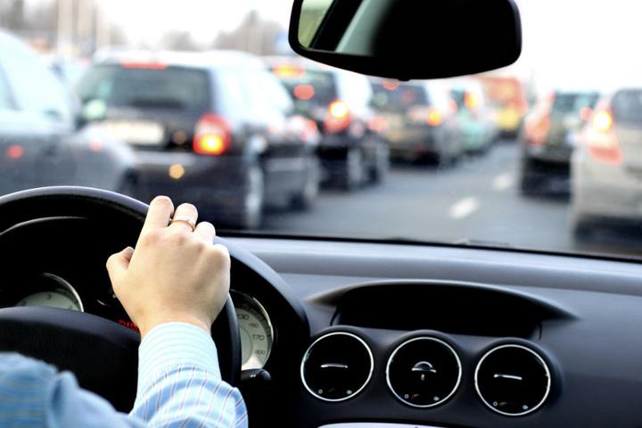 Autofahrer müssen sich auf längere Wartezeiten und Staus einstellen. (Symbolbild)