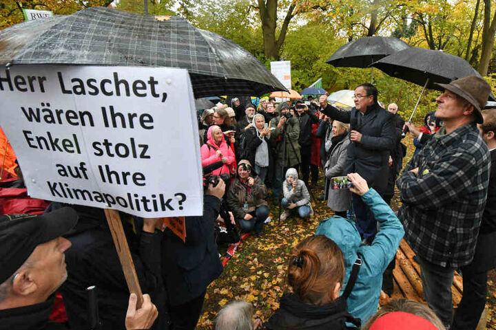 Teilnehmer äußern sich kritisch gegenüber der Klimapolitik der NRW-Landesregierung.