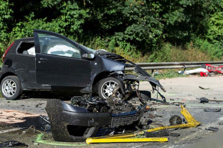 Mehrere entgegenkommende Wagen prallten auf den Anhänger. Bei dem Unfall kamen drei Menschen ums Leben.