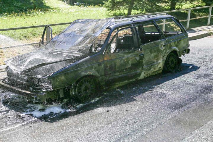 Der ältere VW Passat brannte vollständig aus.