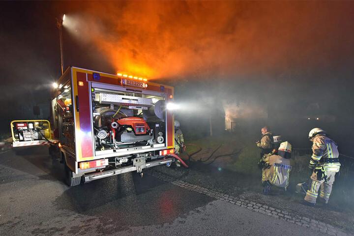 20 Feuerwehrleute waren damit beschäftigt, den Brand am Sonntagabend zu löschen.