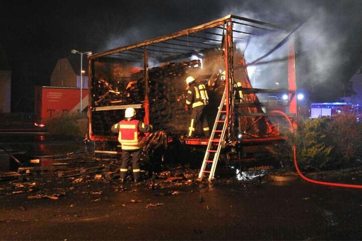 Die Feuerwehr konnte den Brand schnell löschen, die Euro-Paletten waren trotzdem nicht mehr zu retten.