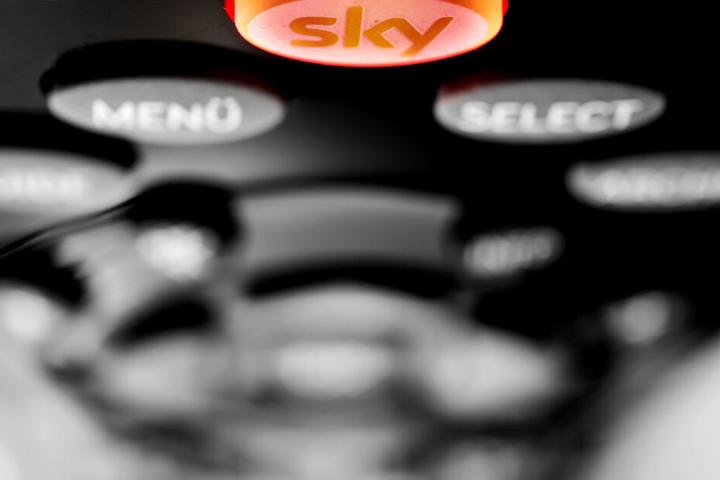 Der Sky-Button auf einer Fernbedienung des Pay-TV-Senders leuchtet rot auf. Sky stellt ab April den Empfang auf fremder Hardware ein. (Symbolbild)