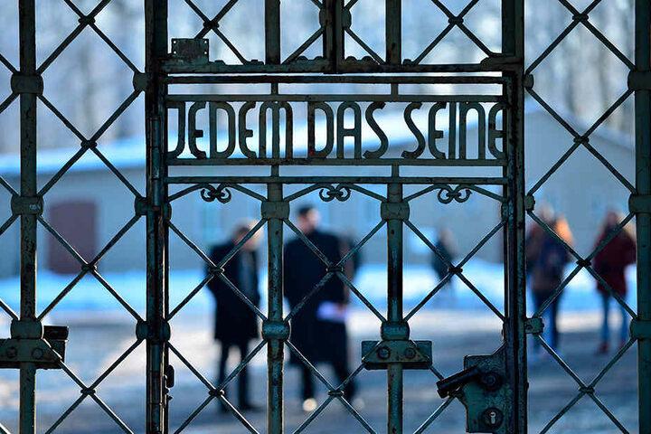 """""""Jedem das Seine"""" steht über dem Lagertor des KZ Buchenwald bei Weimar."""